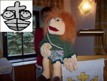 Handpuppe Friedolin, oben links Symbol für Christenlehre: 2 Kinder auf Boot mit Kreuz